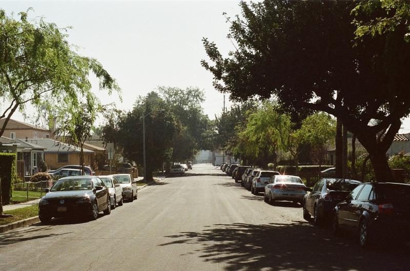 Nachbarschaft mit Autos am Straßenrand