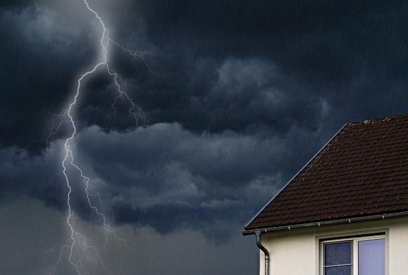 Blitz schlägt nahe eines Hauses ein