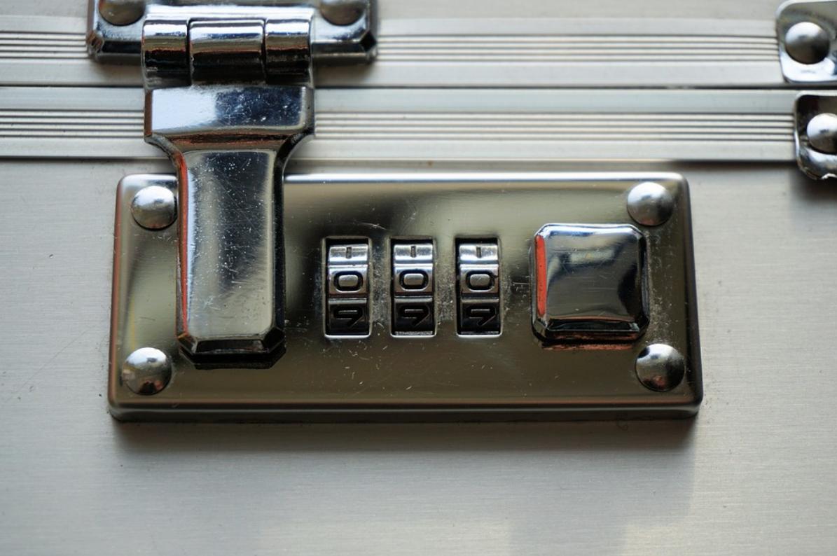 Zahlenschloss am Schnappschloss am Koffer