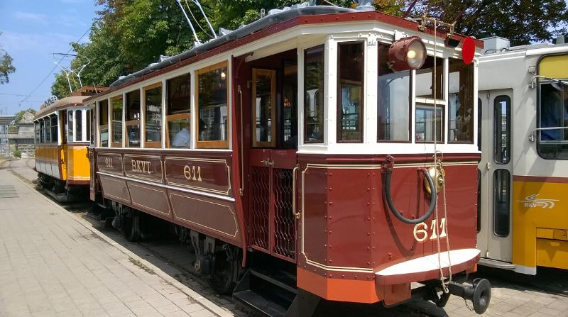 Alte Tram, mit fest montiertem Trittbrett außen